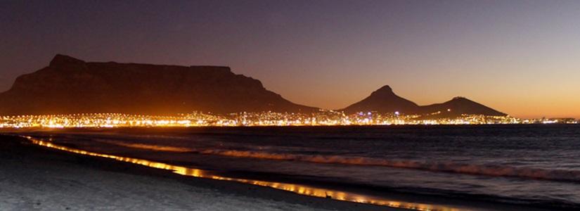 Südafrika - Kapstadt mit Tafelberg bei Nacht
