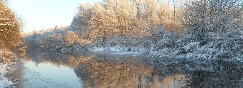 Fluss-Schifffahrt im Winter
